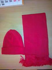 Продается шапка с шарфиком (новые,  в упаковке),  красного цвета,  недоро